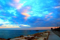 Hemel met wolken over de promenade royalty-vrije stock foto's
