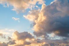 Hemel met wolken tijdens zonsopgang royalty-vrije stock foto