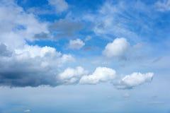 Hemel met wolken vóór de lenteregen Stock Foto's