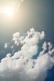Hemel met zon en wolken Royalty-vrije Stock Foto's
