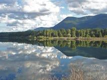 Hemel in Montana Lake wordt weerspiegeld dat Royalty-vrije Stock Fotografie