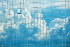 Hemel op de achtergrond die van wolkenkrabbervensters wordt weerspiegeld Stock Afbeeldingen