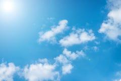 Hemel op de middag met wolken Stock Foto