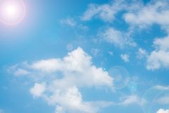Hemel op de mooie dag met wolken Stock Afbeeldingen