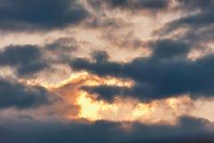 Hemel slag De wolk in de vorm van een krokodil absorbeert licht bij zonsondergangvijand Stock Afbeelding