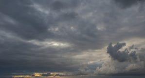 Hemel slechts heldere en donkere wolken en wat licht van de zon Royalty-vrije Stock Afbeeldingen