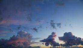 Hemel slechts heldere en donkere wolken en wat licht van de zon Royalty-vrije Stock Foto's