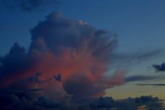 Hemel slechts heldere en donkere wolken en wat licht van de zon Royalty-vrije Stock Foto