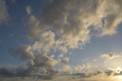 Hemel slechts heldere en donkere wolken en wat licht van de zon Royalty-vrije Stock Fotografie