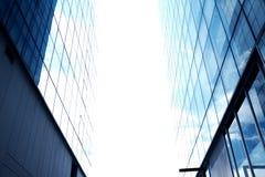 Hemel tussen lange gebouwen Één hoek tussen twee gebouwen stock foto