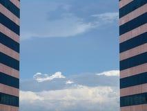 Hemel tussen twee identieke gebouwen Royalty-vrije Stock Afbeeldingen