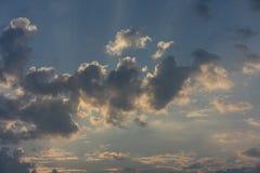 Hemel van de zonsopgang de rode wolk met donkere wolken in het eind van de ochtendherfst van de zomer septembre octobre Royalty-vrije Stock Afbeelding