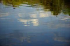 Hemel in waterspiegel wordt weerspiegeld die Stock Foto