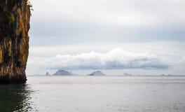 Hemel, wolken, bergen en overzees meningen van aard tropische overzees Royalty-vrije Stock Afbeeldingen