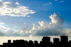Hemel, wolken en de bouwsilhouet Stock Foto's