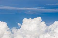 Hemel, wolken en grond uit het venster van het vliegtuig wordt genomen dat Stock Fotografie