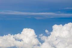 Hemel, wolken en grond uit het venster van het vliegtuig wordt genomen dat Royalty-vrije Stock Foto