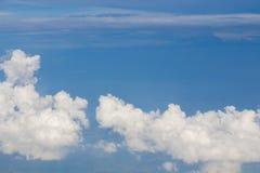 Hemel, wolken en grond uit het venster van het vliegtuig wordt genomen dat Stock Foto