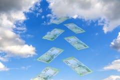 Hemelcollage Luchtspiegeling - tegen de blauwe hemel die transparante Russische roebels vliegen Nieuw bankbiljet 200 roebels Royalty-vrije Stock Foto