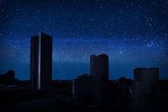 Hemelhoogtepunt van de sterren op de donkere stad Royalty-vrije Stock Foto
