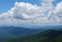 Hemellijn van blauwe bergen met dramatische wolken Royalty-vrije Stock Afbeeldingen