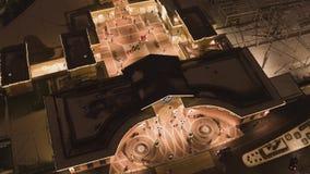 Hemelmening van dakbovenkanten van aangestoken gebouwen van winkelcentrum in de winterdag stock videobeelden