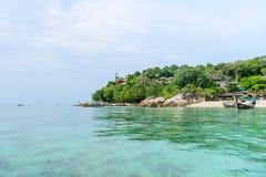 Hemels groen tropisch eiland met duidelijke overzees en koralen royalty-vrije stock afbeelding