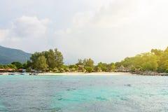 Hemels groen tropisch eiland met duidelijke overzees en koralen stock fotografie