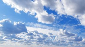 Hemels landschap Het weer is aardige zonnig Blauwe hemel natuurlijke als achtergrond met mooie wolken met exemplaarruimte stock afbeelding