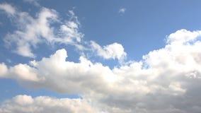 Hemels landschap Mooie wolken in de duidelijke hemel stock video