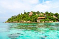Hemelse groene tropische eilandkust met duidelijke overzees en koralen royalty-vrije stock foto