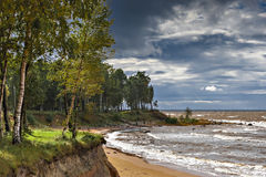 Hemelse herfsthemel en stormachtig weer dichtbij dorp van Tuja Stock Foto