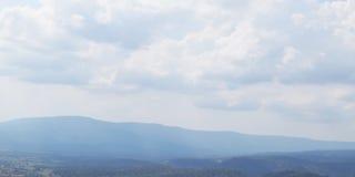 Hemelwolk en aardberg op achtergronden Royalty-vrije Stock Foto