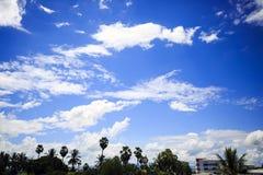 Hemelwolken bij stad in de mooie dag Stock Fotografie