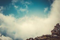Hemelwolken op Bergtop met stenen die route wandelen Royalty-vrije Stock Afbeeldingen