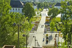 Hemer, Sauerland, Noordrijn-Westfalen, Duitsland - Mei 20 2011: Panorama bij een park met vele bloemen en bomen Stock Fotografie
