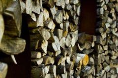 Hemer, Sauerland, Reno norte Westphalia, Alemanha - 20 de maio de 2011: Pilha de madeira armazenada para o combustível imagens de stock royalty free