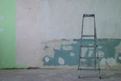 Hemförbättring: smutsig stege nära väggen fotografering för bildbyråer