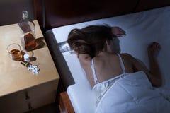 Hemfallen kvinna, når att ha tagit droger Fotografering för Bildbyråer