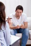 Hemfallen man för barn på terapi Royaltyfria Bilder