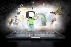 Hemfallna barn för TV Blandat massmedia Royaltyfria Bilder