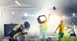 Hemfallna barn för TV Blandat massmedia Arkivfoton