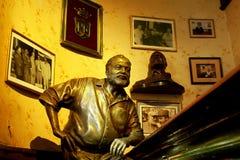 Hemingway雕象哈瓦那,古巴 免版税库存图片