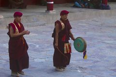 HEMIS修道院,查谟和克什米尔,印度, 7月2015修士执行在Hemis节日 免版税库存照片