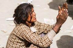 Hemis India, Czerwiec, - 29: bezdomne żebrak kobiety pyta dla datków f Obraz Stock