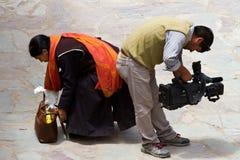 El creyente y el operador en el mak bailan festival en el monasterio de Hemis Foto de archivo libre de regalías