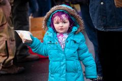 Hemlös flicka med en smörgås Arkivbild