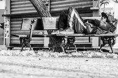 Hemlös i den svartvita staden - Fotografering för Bildbyråer