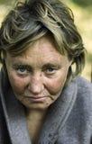 hemlös kvinna Arkivbild
