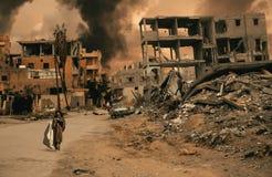 Hemlös liten flicka som går i förstörd stad arkivfoto